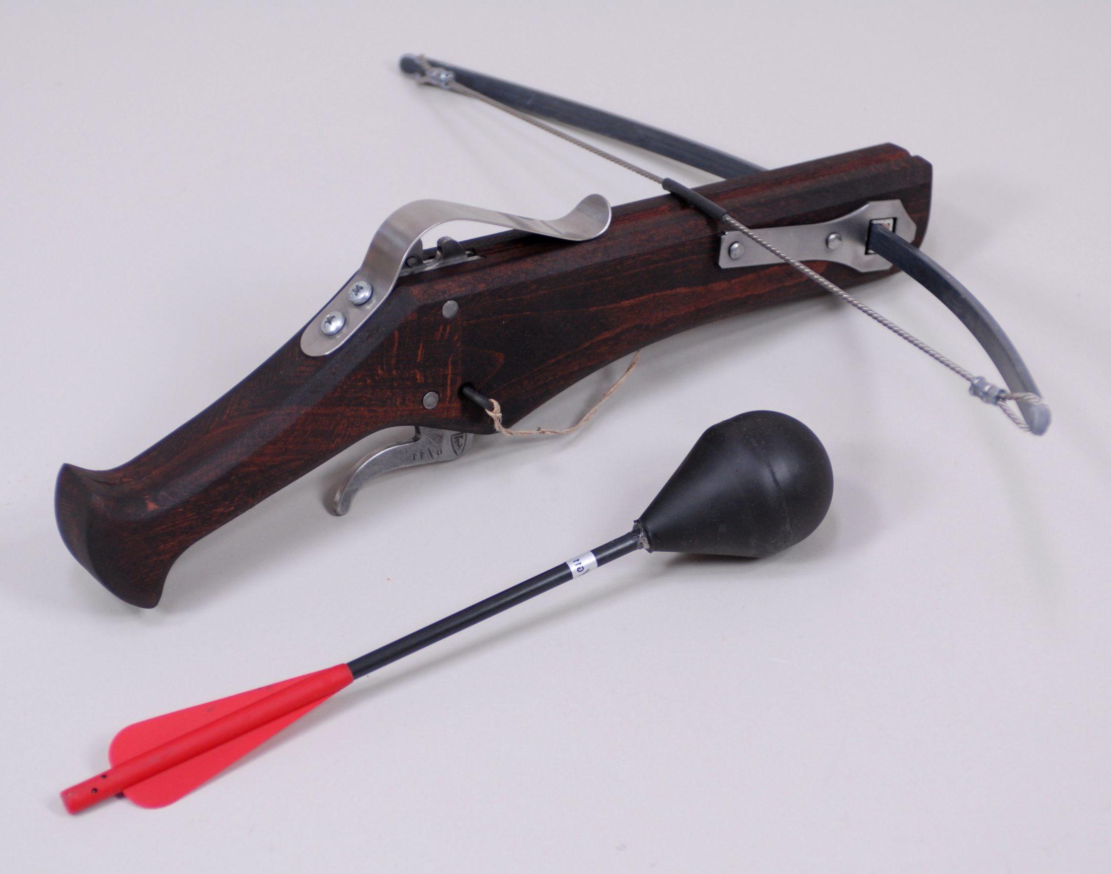 Pistolenarmbrust mit Sicherheitsbolzen daneben